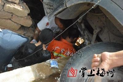 五华河东大货车失控撞塌路边瓦房 一名妇女家门口被压车底