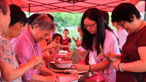 边包粽子边拉家常!来看梅江区西郊街道包粽子活动